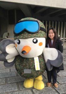 自衛隊東京地方協力本部のマスコットキャラクター「トウチくん」と白須なつ