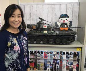 戦車模型とマスコットと白須なつ