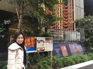 あんぽ柿が吊るされた紙パルプ会館の玄関前