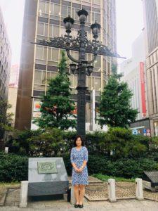 東京市道路元標の前で