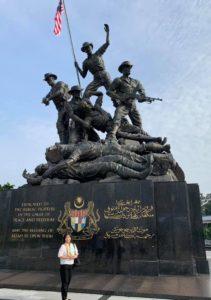 国家記念碑の前で