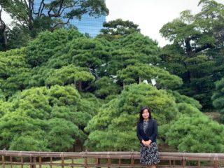 浜離宮庭園「三百年の松」の前で