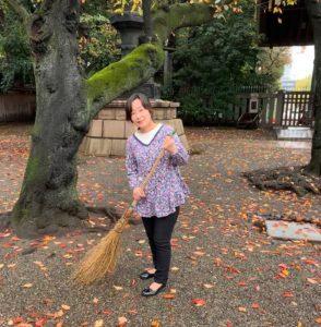 竹箒で落ち葉を掃き寄せます