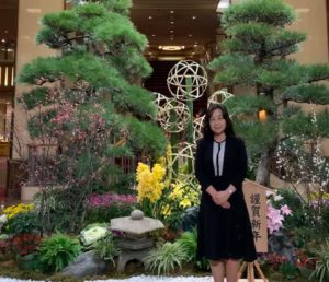 「謹賀新年」の駒札と正月らしい屋内庭園