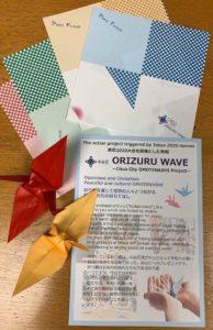 折り紙の入った「ORIZURU WAVE」の袋(英文併記)と折り鶴