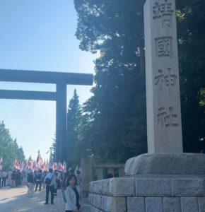 靖國神社入口で。参集する日の丸を掲げた人々