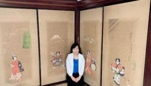 歌舞伎舞踊が描かれた襖の前で