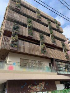 外壁に植栽を取り入れた複合施設外観