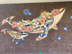 クジラの親子の美しい壁面装飾