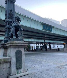 首都高速と交差する日本橋の獅子像