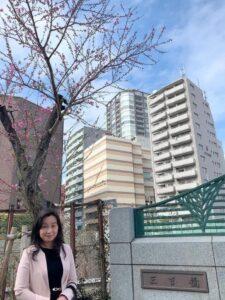 三吉橋のたもとに咲く桃の花と私