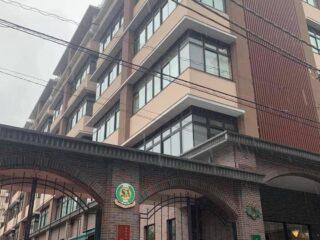 阪本こども園、中央区立阪本小学校の入り口