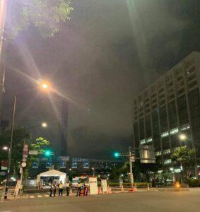通行規制中の夜の選手村