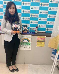 自衛隊東京地方協力本部のマスコット「さくら」を手に