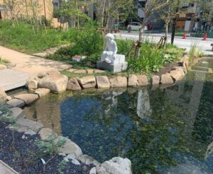 公園の水路と彫像